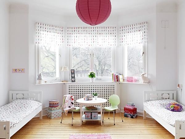 Фото: белые стены выглядят очень привлекательно, однако их минусом является их маркость и чрезмерная подверженность загрязнениям