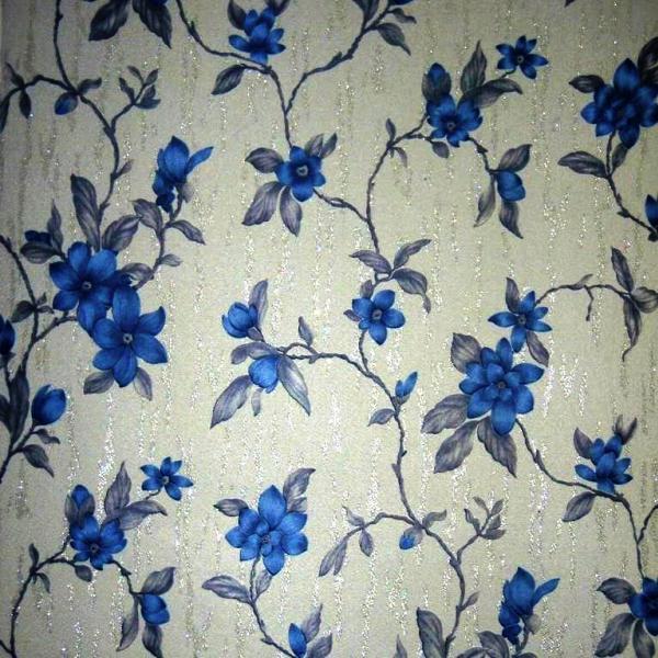 Фото: белые обои с рисунком синих цветов