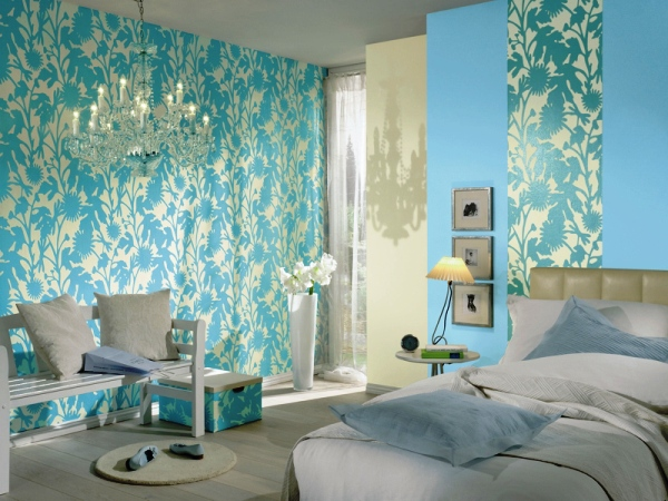 Пример того, как можно красиво комбинировать обои в интерьере спальни