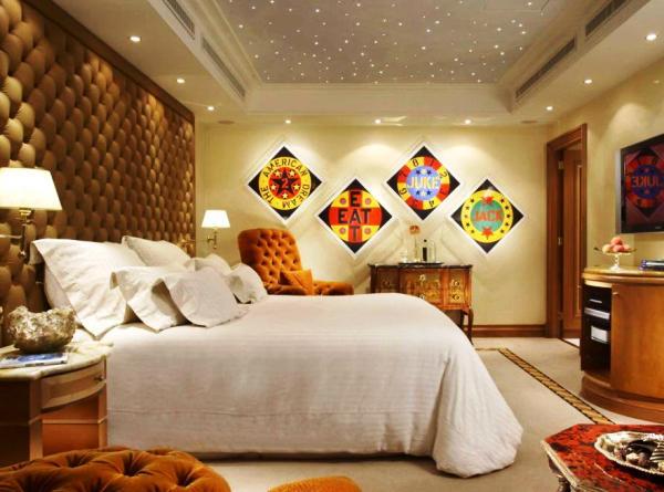 Картины, фотографии и плакаты всегда уместны в декоре комнаты