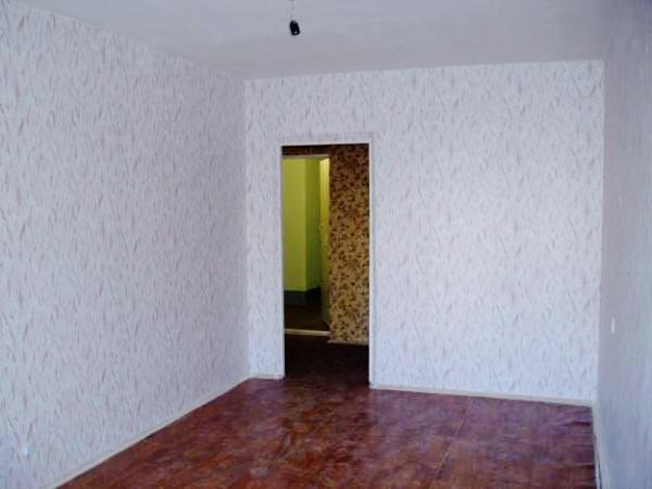 Выносим из комнаты всю мебель, удаляем гвозди и шурупы из стен и перегородок