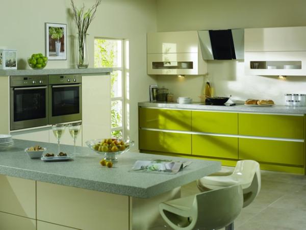Оливковые обои в кухне
