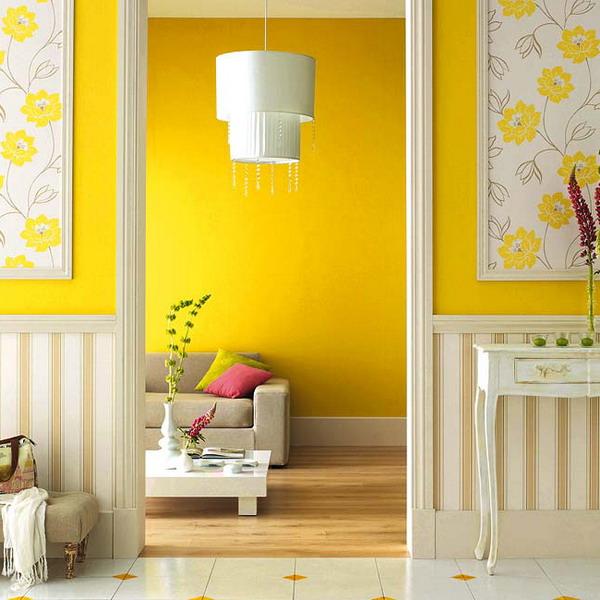 сочетание желтых обоев с белым