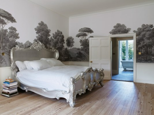 Обои для классической спальни