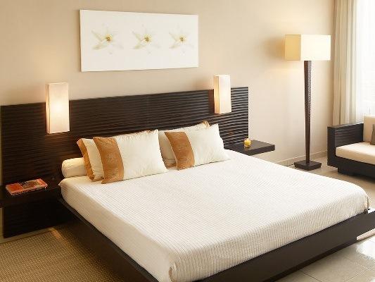 Спальня с бежевых тонах насыщенная светом