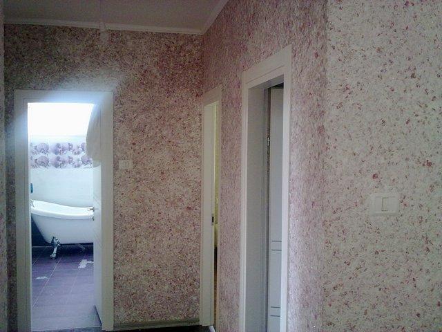 Розовые жидкие обои для коридора