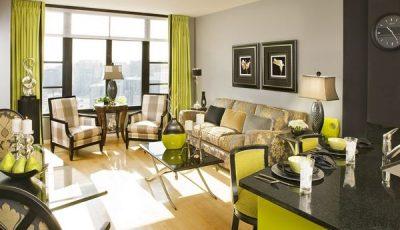 Серые обои и зеленый цвет в интерьере комнаты