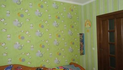 Сочетание обоев в детской комнате в вертикальную полоску
