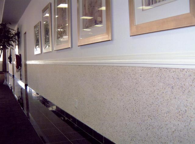 Стена с частично нанесенными жидкими обоями