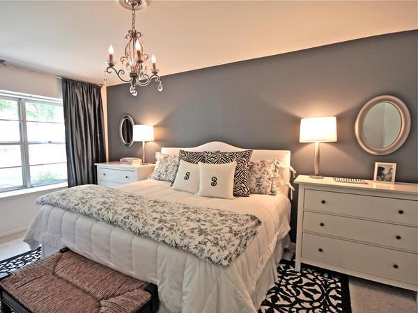 Светло-серые обои в интерьере спальни