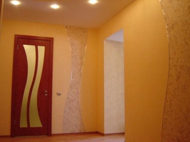 Желтые жидкие обои для коридора
