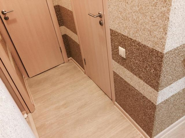 Жидкие обои для коридора с горизонтальными полосами