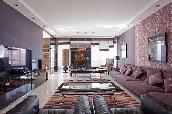 Большое количество насышенных темных цветов в большой гостиной