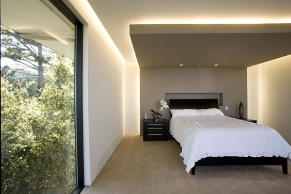 Подсветка делает спальню более глубокой