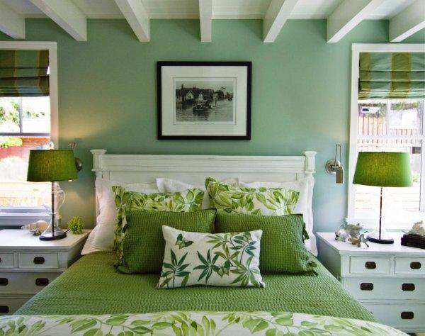 Фотографии или картины с рамками являются частым предметом интерьера спален с однотонными стенами