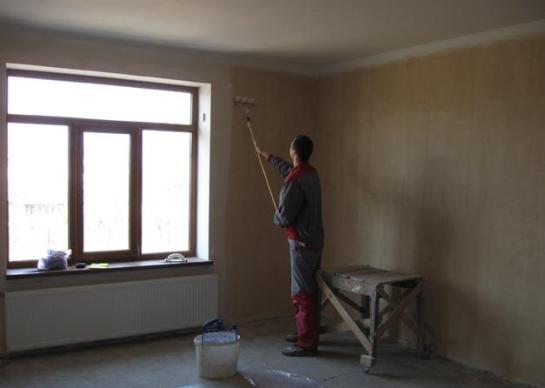 Грунтовать стены можно при помощи двойного покрытия слоем клеевого раствора