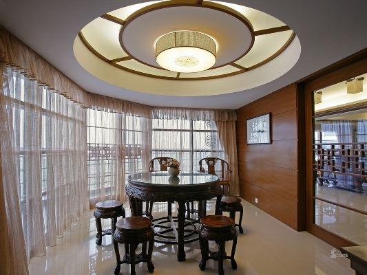 Хорошо освещенная комната допускает использование темных обоев
