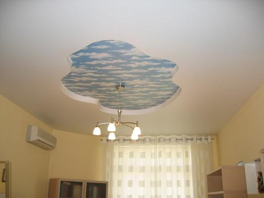 Оклеивать потолок обоями можно частично