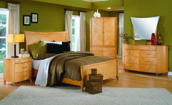 интерьер с обоями болотного цвета и коричневой мебелью