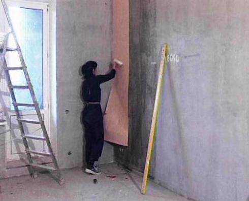 Такие стены, конечно же, желательно заранее подготовить и выровнять
