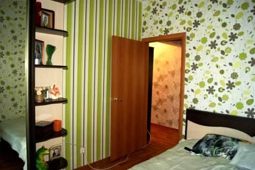 """Интересный вариант для хрущевки: небольшой участок с вертикальной полоской зрительно увеличит высоту помещения, а темный рисунок на светлом фоне - """"расширит"""" площадь комнаты"""