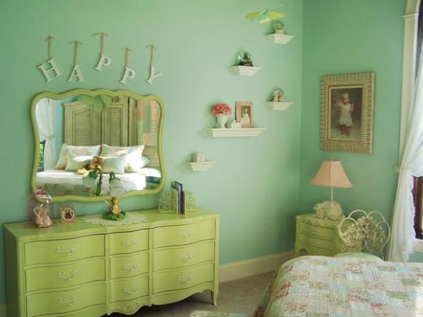 комната с мятными обоями