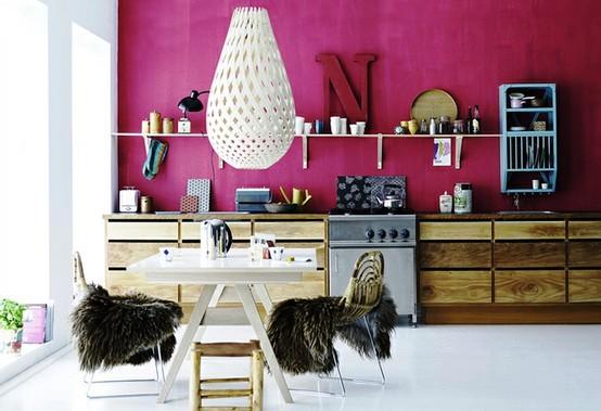 При грамотном подборе предметов интерьера, данный оттенок может гармонично вписаться даже в интерьер кухни