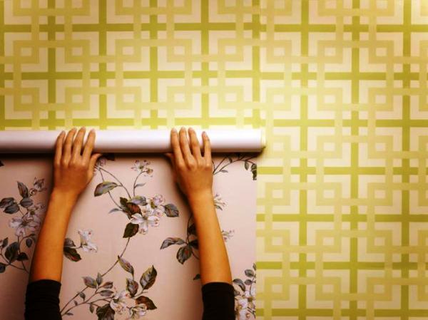 Поклейка обоев поверх старых допускается в том случае, если старое покрытие сделано на бумажной основе