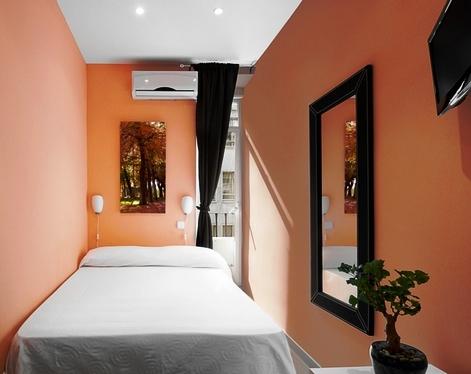 Фото: розовые тона отлично впишутся в интерьер узкой комнаты в хрущевке
