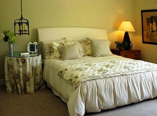 Фото: спальня с ненавязчивыми и нейтральными стенами