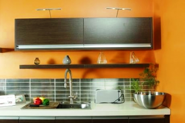 По возможности, подберите мебель под цвет натуральной древесины