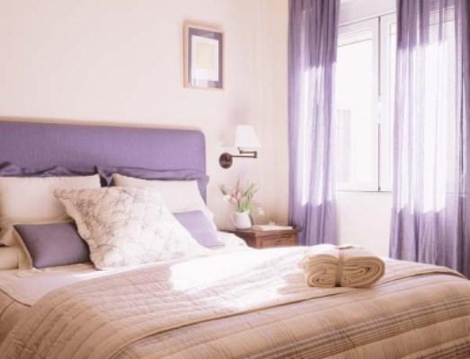 Светлая спальня с элементами пурпурного цвета
