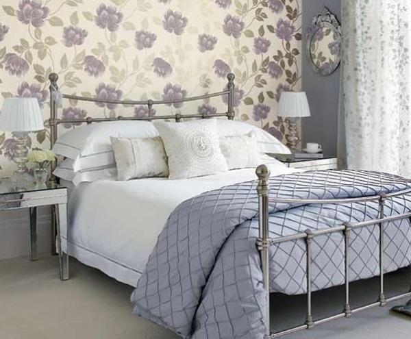 Спальня с пурпурными цветами на стенах