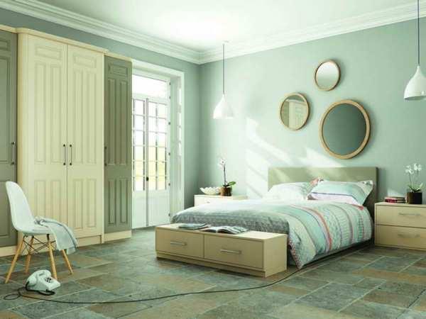 спальня с мятными обоями и полом