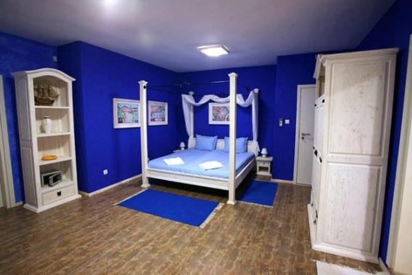 Фото: при однотонных стенах особенно важен правильный подбор мебели, штор и аксессуаров