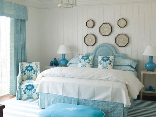 Сочетание белого и голубого цвета в спальне