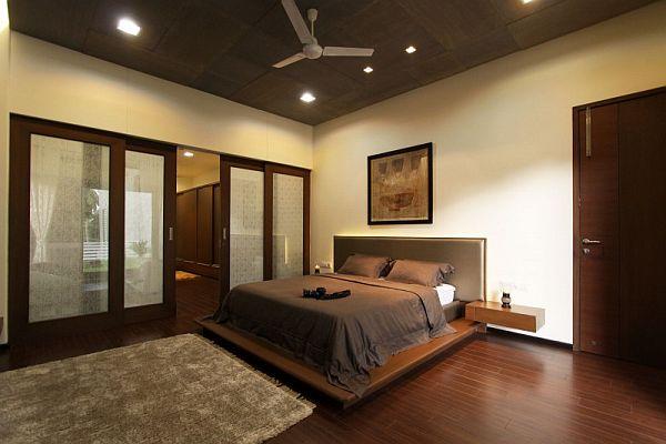 В большой спальне допускается темная мебель. При этом, стены должны быть светлыми