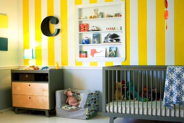 Фото: желтые обои с белой полоской будут отлично смотреться в интерьере детской комнаты