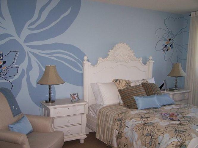 Голубые обои с цветами в спальне