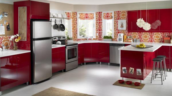 Красные цветы на кухне
