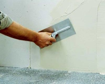 Перед тем, как начать клеить, надо хорошо подготовить стены