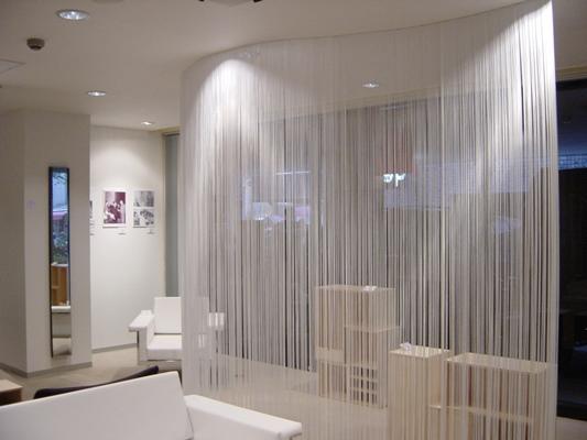 Прозрачность штор делает интерьер просторным
