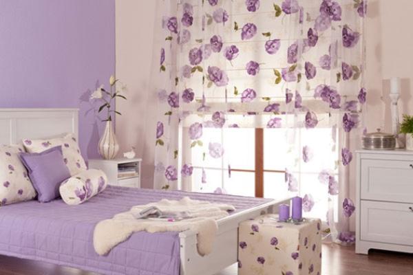 Однотонные обои удачно сочетаются  с белыми шторами с фиолетовыми цветами