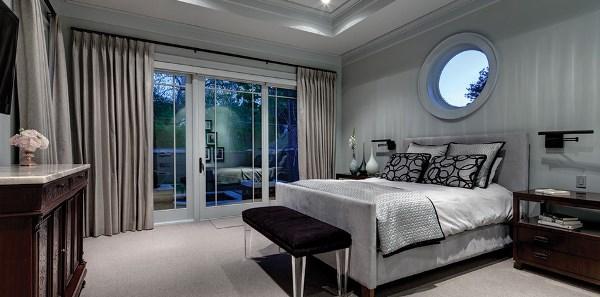 Монохромная спальня с просторными окнами