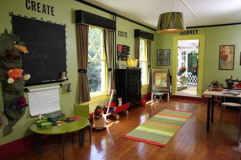 Фото: зеленые обои и  коричневые шторы - гармоничная природная композиция