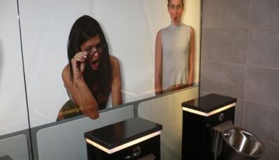 Фотообои в туалете девчонки