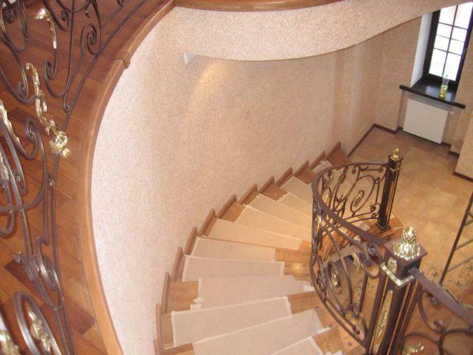 Обои и винтовая лестница