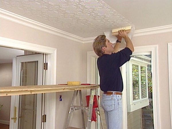 Процесс поклейки обоев на потолок