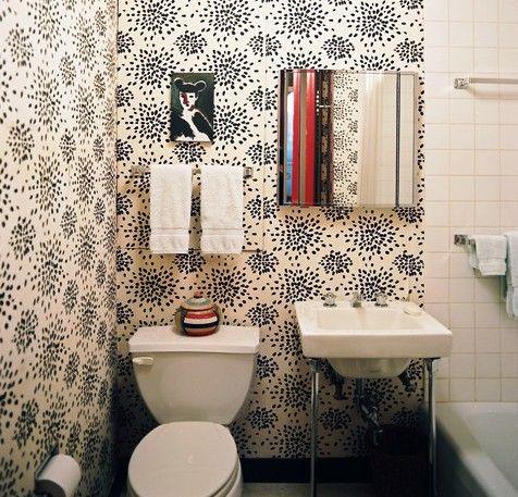 интерьер туалета с обоями