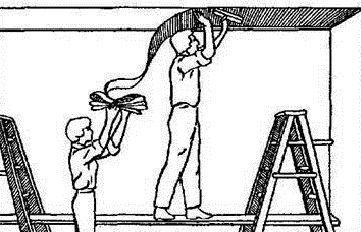 Поклейку флизелиновых обоев на потолке лучше делать вдвоем
